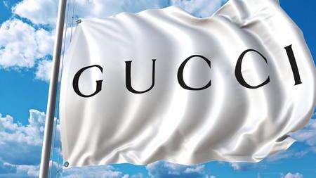 空と雲とグッチのロゴの旗を振っています。編集 3 D レンダリング