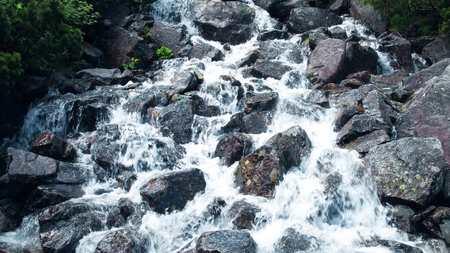 岩の滝の泡沫水を急いでください。 写真素材