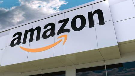 Logo Amazon.com na elewacji nowoczesnego budynku. Redakcyjne renderowanie 3D Publikacyjne