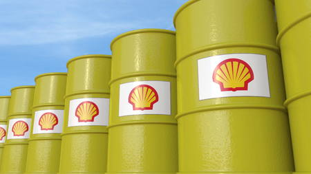 Row of metal barrels with Royal Dutch Shell logo against sky, editorial 3D rendering 新聞圖片