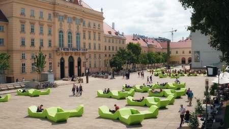 비엔나, 오스트리아 - 2017 년 8 월 12 일. 박물관 Quartier 지역 대형 미술관에서 많은 설치 고향입니다