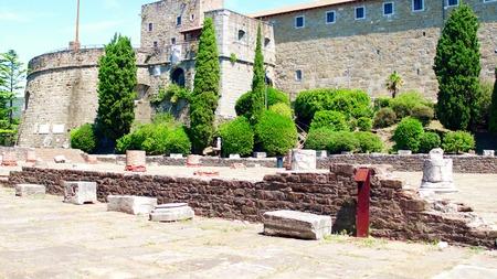 Ruines romaines antiques près du château de San Giusto à Trieste, Italie Banque d'images - 86677662