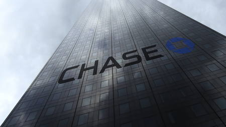 JPMorgan Chase Bank logo on a skyscraper facade reflecting clouds. Editorial 3D rendering Publikacyjne