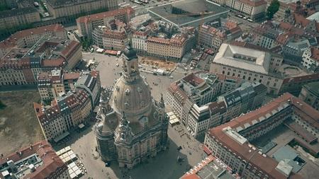 Luftaufnahme des berühmten Frauenkirshe oder des Platzes der Kirche Unserer Lieben Frau und des Neumarktes in Dresden, Deutschland