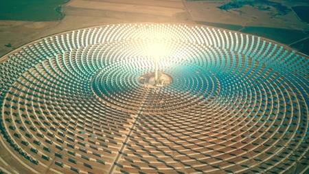 Widok z lotu ptaka na nowoczesną skoncentrowaną elektrownię słoneczną