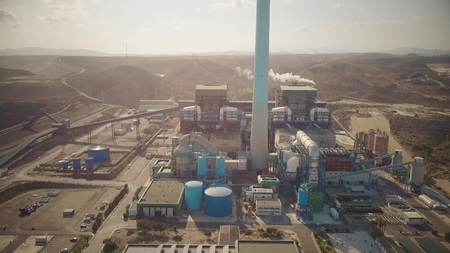 Aerial shot of an obsolete polluting coal power plant in Andalusia, Spain 版權商用圖片