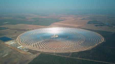 Modernes Solarkraftwerk mit Turm, Luftbild Standard-Bild