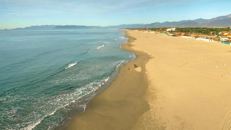 Vista aerea della spiaggia di sabbia al mattino. Forte dei Marmi, Italia Archivio Fotografico