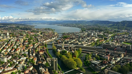 Luchtfoto van Zürich, de rivier de Limmat en het meer van Zürichsee. Zwitserland