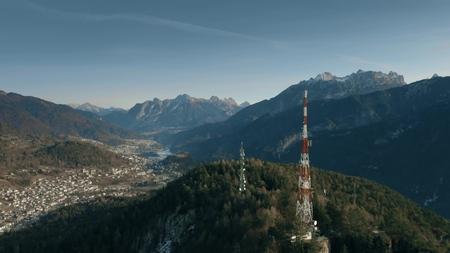 Vista aérea de las torres de telecomunicaciones en las montañas del norte, Italia Foto de archivo