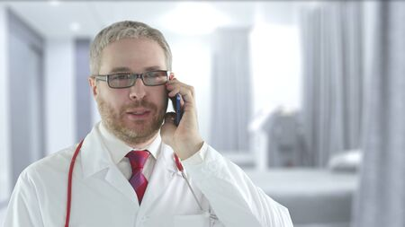 Doctor talks on his mobile phone Banque d'images - 144159972