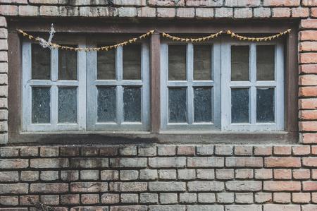 puertas viejas: puertas antiguas con viejos ladrillos en Nepal