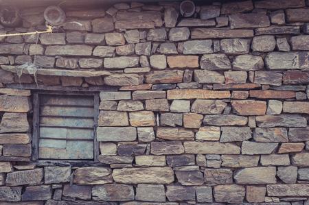 puertas antiguas: puertas antiguas con viejos ladrillos en Nepal