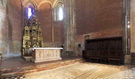 addressed: Pavia, Italia - 8 Marzo 2015: la Basilica di San Michele Maggiore. I massicci offerte altare in marmo, fronte rivolto a noi, le figure di San Michele Arcangelo, con il saldo di psicostasis, cio� la pesatura delle anime