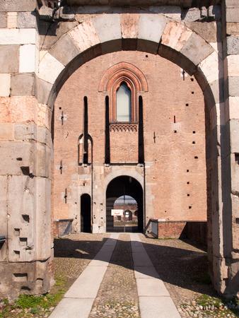 Pavia, Italia - 8 Marzo 2015: Castello Visconteo. Edificio medievale con facciate in mattoni rossi e un grande rande giardino. Passi sotto gli archi fanno protetto dalle intemperie. Il giardino del castello viene utilizzato per spettacoli estivi. Editoriali