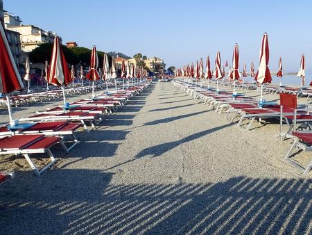 Diano Marina, Italy: Beach umbrellas positioned at regular file Publikacyjne