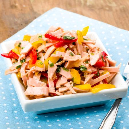 Frischwurstsalat mit Paprika und Kräutern