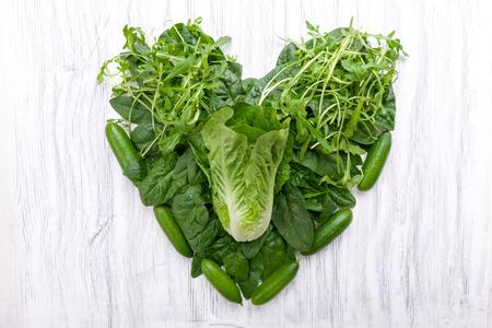 verduras verdes: Los vegetales verdes en forma de corazón sobre un fondo Foto de archivo