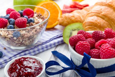 desayuno: Muesli con fruta fresca en una mesa de desayuno