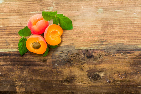 pome: Apricots on a underground with fresh mint