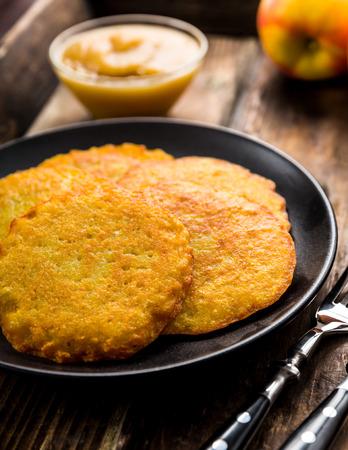 papas doradas: Crepes de patata con salsa de manzana en un plato