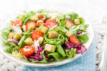 croutons: Fresh salad with croutons, tomatoes and olives