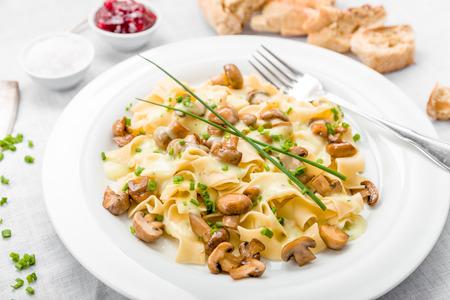 cebollin: Setas con fideos, salsa y las cebolletas frescas