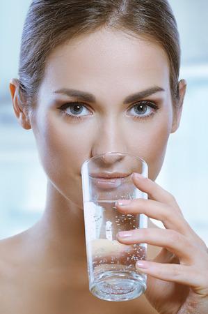 Mulher esporte saudável bebe água mineral frio de vidro Imagens