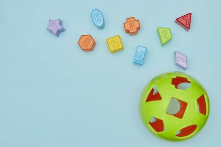 青い背景に子供のおもちゃのトップビュー。テーブルの上の子供のおもちゃ。子供のための広告おもちゃのためのコンセプト。スペースをコピーし 写真素材