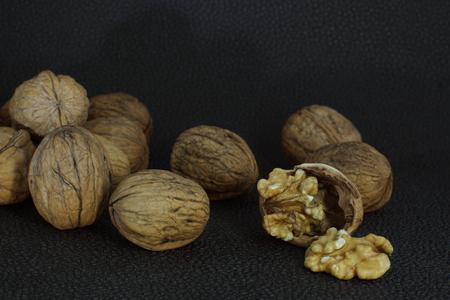 albero nocciolo: Delicious kernel of walnut on a chopped shell. Around whole nuts Archivio Fotografico