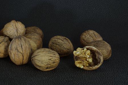 albero nocciolo: Nocciole di noce gustoso su un guscio tritato tra altre noci