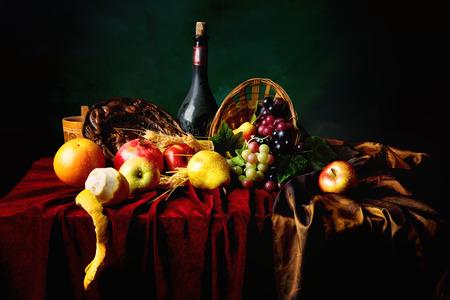 와인 및 과일 진한 녹색 배경, 가로의 먼지가 병 클래식 네덜란드 아직도 인생.