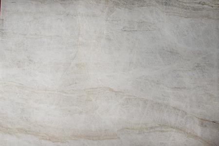 Quartzite blanc poli naturel avec des fissures et des stries.