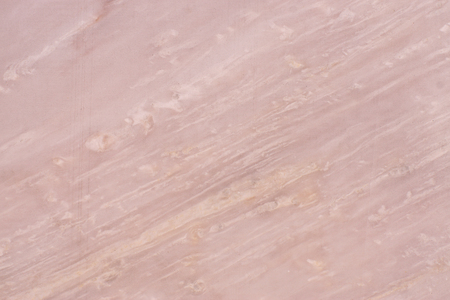 Naturalny różowy marmur, faktura marmuru z ukośnymi smugami światła, zwany Roso Egeo.