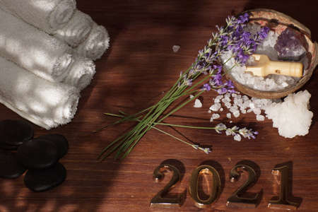 Spa set and golden numbers 2021, purple fresh lavender flowers lie nearby Imagens