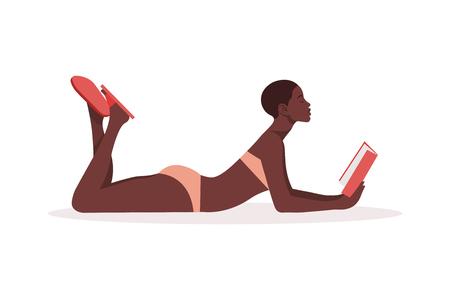 Una donna africana in costume da bagno è sdraiata e legge un libro. Educazione e ricreazione. Studentessa in vacanza. Illustrazione piatta vettoriale Vettoriali