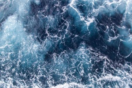 mar: Fondo azul de las olas del mar con espuma de mar