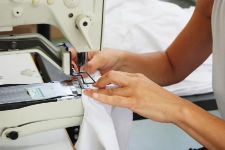 Näherin bei der Arbeit in einer Fabrik von gestrickten Unterwäsche