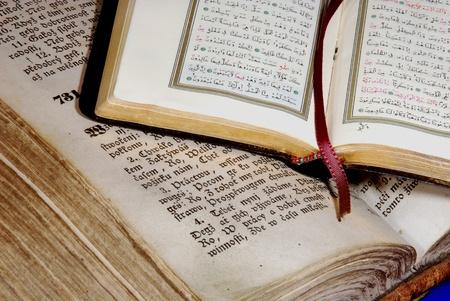 Alte Bibel und Koran Standard-Bild - 10498882