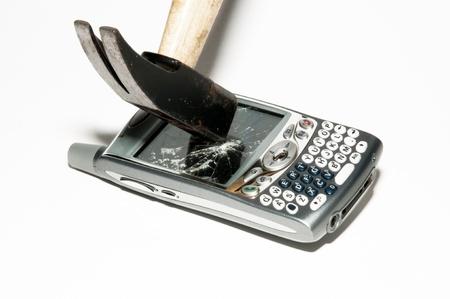 Handy - Hammer bricht ein smartphone Standard-Bild - 10488241