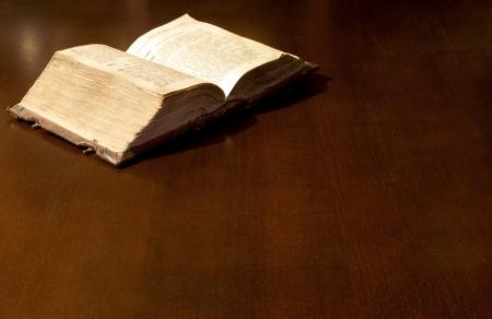 testament: Antiguo libro: La Santa Biblia Foto de archivo
