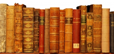 old books: Sehr altes Buch in private Bibliothek