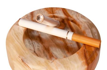 doses: Een elektronische sigaret, ook wel bekend als een e-sigaret of persoonlijke vaporizer, is een batterij-aangedreven apparaat dat geïnhaleerde doses van nicotine zorgt door middel van een verdampte oplossing. Het is een alternatief voor gerookte tabaksprodukten.
