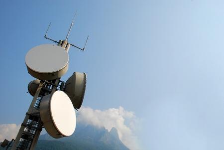 Communication Zelle Turm für Wireless-Technologie: GSM, HSDPA, UMTS, GPRS, EDGE, HSUPA. Standard-Bild - 10520579