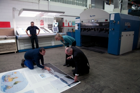 """imprenta: Offset de impresión del atlas más grande del mundo. Litorama es la impresión ápice tecnología offset """"Tierra: Platinum Edition"""", el atlas más grande del mundo publicada por la Casa del Milenio de Australia."""