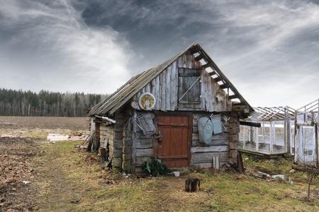 Verlaten oude schuur in landelijke omgeving
