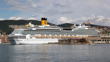 feestelijke opening: Trieste, ITA - 2 juli 2011: Inhuldiging van het cruiseschip Costa Favolosa in Triëst. Redactioneel