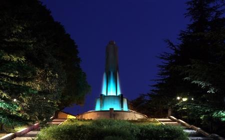 referenz: Nacht Blick auf den Brunnen von San Giusto, ein Bezugspunkt in der Stadt Triest Lizenzfreie Bilder