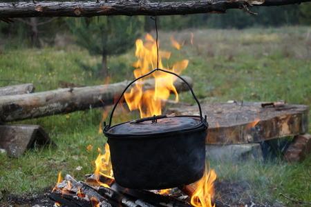 Fuego debajo de una caldera tradicional.