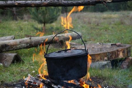 under fire: Fuego debajo de una caldera tradicional.